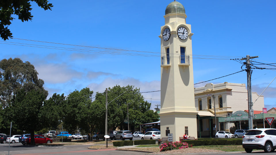 Travel guide to Woodend, Victoria - where to eat, stay and play